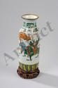 Vase cylindrique à col évasé en porcelaine blanche de la famille verte décoré en émaux polychromes sur la couverte de personnages, kilin et frises géométriques. Chine. Dynastie Qing. Période Kangxi. 1662 à 1722. Marque de l'Empereur Kangxi à