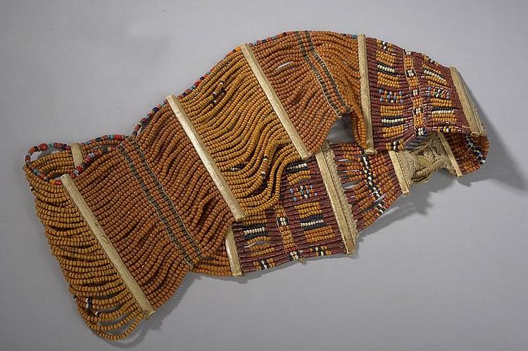 Ceinture Naga composée de multi rangs de perles de pate de verre sur rafia séparée par des clefs d'os. Nagaland. Inde. Début 20 ème siècle.