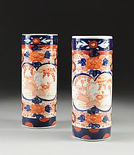 A PAIR OF IMARI CYLINDRICAL VASES, LATE 19TH/EARLY 20TH CENTURY,