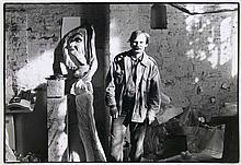 Katz, Benjamin Portrait Antonius Höckelmann/ Im Atelier Antonius Höckelmann. 2 Vintages, Silbergelatine Abzüge. 25 cm x 37.0 cm (30,3 x 40,5 cm) u. 18,3 x 29,2 cm (24,2 x 30,5 cm). Verso je mit Photographen-Stempel versehen.