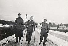 Denke gern an München. Sammlung von 52 OPhotographien (Vintages, Silbergelatineabzüge) eines deutschen Soldaten aus dem 2. Weltkrieg. Format je ca. 6 x 8,5 cm. Gesteckt in Photoalbum. Quer 16°. Lwd. d. Zt. mit handgemalter Deckelverzierung (leicht