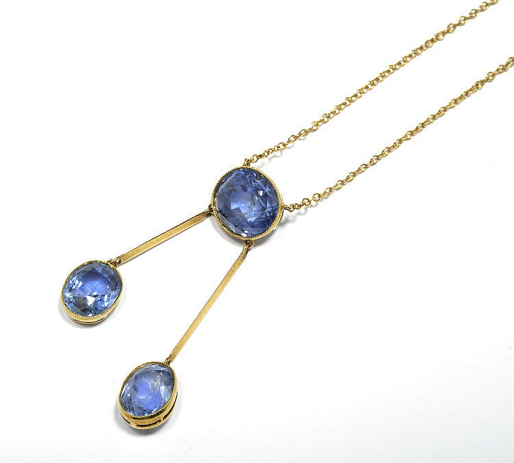 SAPPHIRE AND GOLD NECKLACE, ca. 1900. Yellow gold.