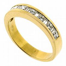 18CT GOLD 8 X PRINCESS CUT DIAMOND & 7 X BAGUETTE BAND