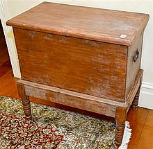AN EARLY 20TH CENTURY PINE MOUNTED BLANKET BOX H: 34CM W: 82CM D: 46CM