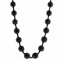 AN ANTIQUE BANDED AGATE BEAD NECKLACE; strand of 25 graduated beads 12-19mm to gilt barrel clasp, length 625mm
