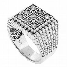 A GENT'S 18CT WHITE GOLD DIAMOND RING; square panel set with 9 round brilliant cut diamonds totalling approx. 0.90ct SI-P1/I-J to ba..