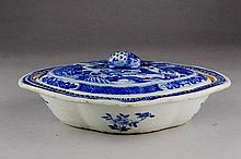 AN EXPORT BLUE AND WHITE SOUP TUREEN, COVER