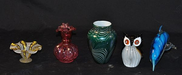 FIVE PIECE MIXED LOT OF ART GLASS