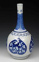 AN 18TH CENTURY CHINESE PORCELAIN BLUE AND WHITE