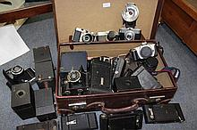 A GOOD COLLECTION OF VINTAGE CAMERAS to include Vo