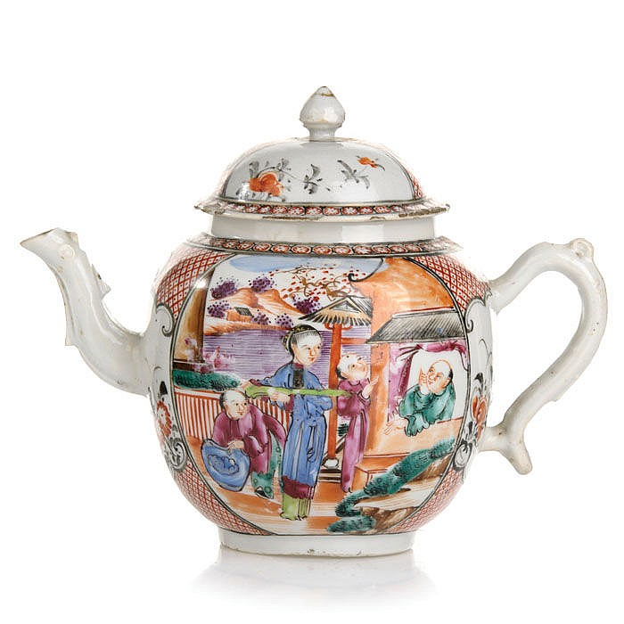 Teapot with figures in Chinese porcelain