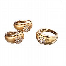 Gold set with rosette.