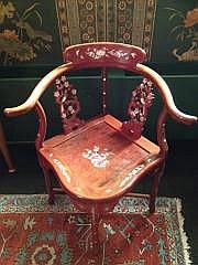 Suite de 3 fauteuils et 1 tabouret incrustés de