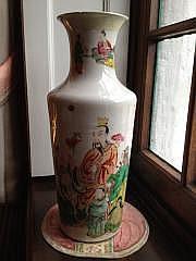 Vase rouleau en porcelaine émaillée de la famille
