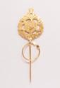 Fibule en or jaune à décor de feuillage ajouré.       Poids : 10,7 g.      An 18K gold fibula.