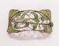 Broche feuillage en argent figurant un entrelacs de feuilles en émail vert ponctué de perles.       Poids : 30,92 g.   An enamel, pearl and silver bracelet.