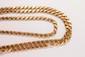 Longue chaîne d'anneaux doubles ponctués de pastilles d'or jaune.       Longueur : 200 cm environ.       Poids : 99,8 g.       An 18K gold necklace.