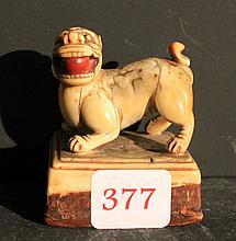 Sceau en ivoire représentant un chien de fo   H. 6,5 cm