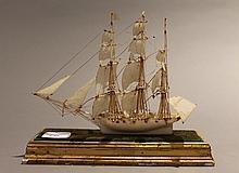 Travail de marin figurant un navire en ivoire sculpté, sur un socle.   Epoque Xixème siècle
