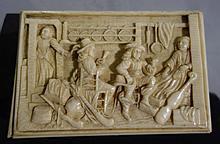 Une boite en ivoire à décor en relief d'une scène de taverne (accidents)   Epoque XIXème siècle