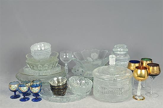 Lote de cristal y vidrio. Diferentes tamaños. Diseños facetados, torzales, diamantados y esmaltados. Piezas: 60