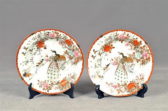Par de platos decorativos. En porcelana policromada. Diseños circulares con colgantes al reverso. Decorados con aves. Piezas: 2