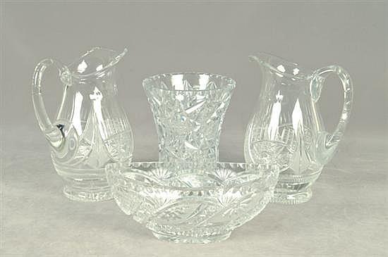 Lote de cristalería. Diseños facetados y diamantados. Consta de: a) Florero. b) Centro de mesa. c) Par de jarras. Piezas: 4