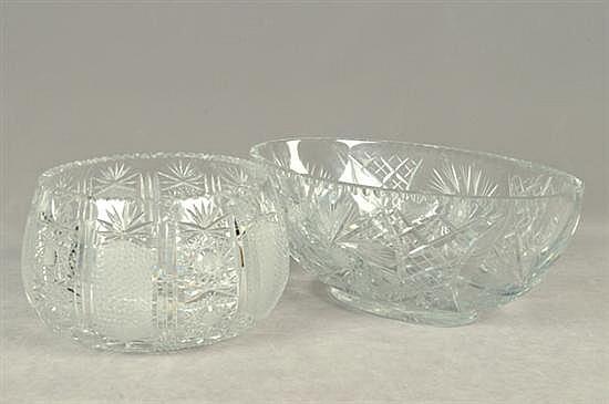 Lote de cristalería. Diseños facetados y diamantados. Consta de: 2 centros de mesa. Presenta ligeros despostillados. Piezas: 2