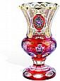 Florero. Cristal de Bohemia en color vino. Decoración de motivos florales y facetados.