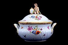 Sopera. Origen danés. Principios del siglo XX. En porcelana Royal Copenhagen. Con esmalte dorado. Decorada con motivos florales