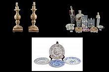 Lote mixto. Consta de: a) Par de lámparas de mesa. b) 5 platos decorativos. c) Artículos decorativos. En porcelana y cerámica. 19 pzs