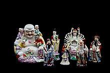 Lote de figuras decorativas. Origen chino y taiwanés. En porcelana policromada. Consta de: Buda, 3 sabios y 3 Kwan Yin. Piezas: 7