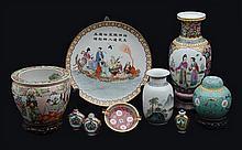 Lote de artículos decorativos. Origen chino. En porcelana policromada. Algunos con esmalte dorado y aplicaciones de metal.