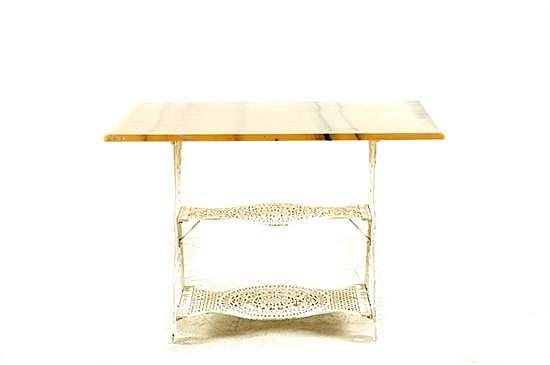 Mesa auxiliar. Base calada de metal color blanco y cubierta de mármol amarillo. Presenta desgaste, rotura y marcas. 70 x 100 x 70 cm.
