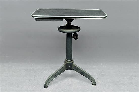 Mesa auxiliar. Elaborada en metal y material sintético. Color negro. Diseño contemporáneo. Con perilla de altura ajustable. 66 x 61 cm.
