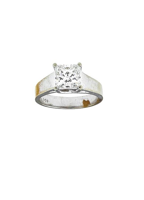 ANILLO CON UN DIAMANTE EN ORO BLANCO DE 14K. 1 Diamante corte princess ~1.60cts Peso: 5.0g