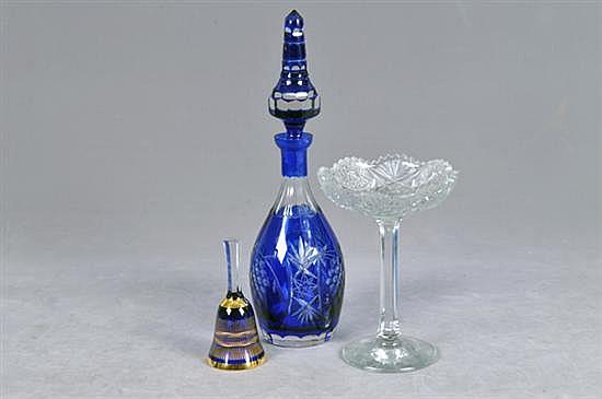 Lote de cristal. Diseños facetados, prensados y esmaltados. Consta de: a) Dulcera. b) Licorera. c) Campana. Piezas: 3