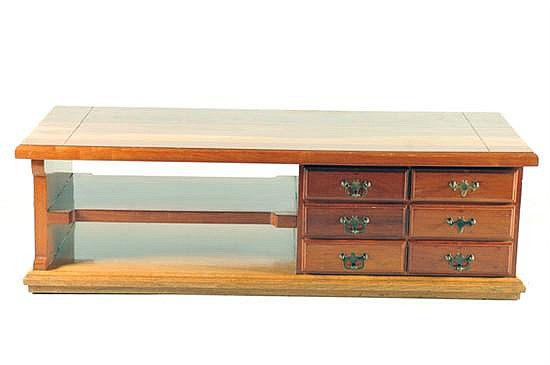 Mesa de centro. Elaborada en madera. Diseño rectangular. Con 6 cajones con tiradores de metal, simulantes y un entrepaño.