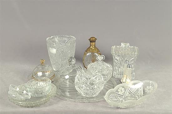 Lote de cristal y vidrio. Diferentes tamaños y diseños. Consta de: florero, bombonera, licorera con metal, otros. Piezas: 18