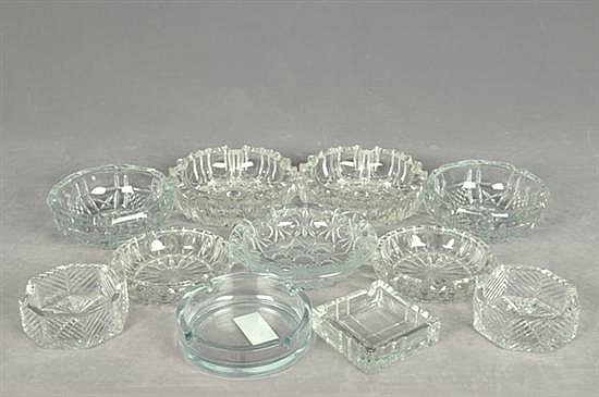 Lote ceniceros. Elaborados en cristal y vidrio. Diferentes tamaños. Diseños lisos y facetados. Piezas: 11