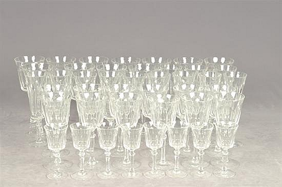 Juego de copas. En cristal. Diseño facetado. Consta de: 11 copas para agua, 12 copas para champagne, 12 copas para vino. Otros. 43 pz.