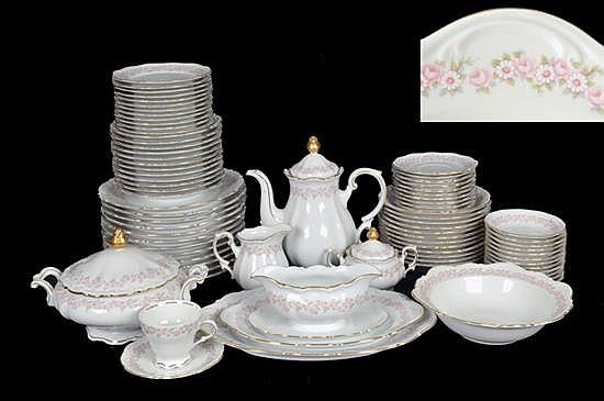 Vajilla. Elaborada en porcelana alemana Mitterteich, modelo Lady Beatrice. Decoración con motivos florales y detalles en dorado. 89 pz.