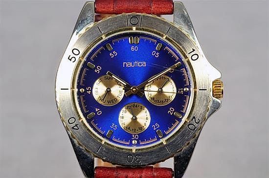 Reloj para caballero. Marca Nautica. En acero y piel. Mecanismo de cuarzo, sin batería. Diseño con caja circular, bisel graduado, etc.