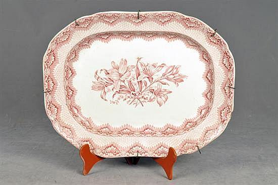 Platón. Origen inglés. En semiporcelana Copeland & Garrett, color rosa. Diseño oval con soportes metálicos. Decorado floral.