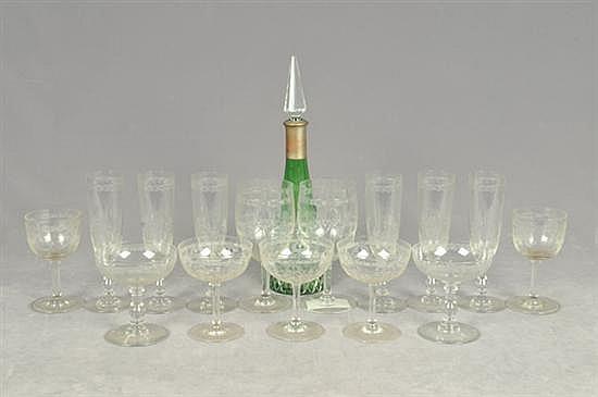 Lote de cristal. Diferentes tamaños. Diseños facetados y a la aguja. Consta de: a) Licorera. b) 43 Copas y vasos. Piezas: 44