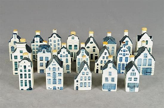 Colección de licoreras. Origen holandés. En porcelana, policromada. Diferentes tamaños. Diseño a manera de casas (Delf). Piezas: 20