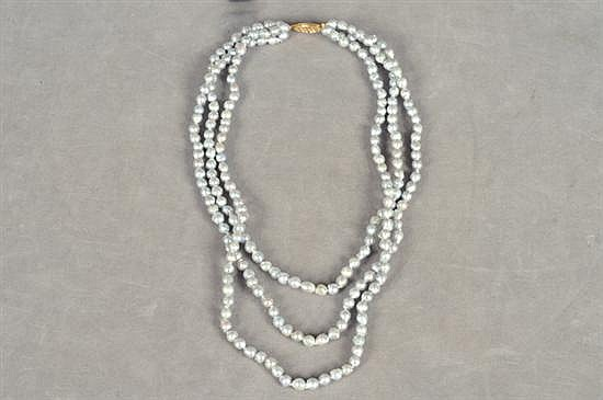 Collar de tres hilos. Diseño con perlas en color gris, de 4.96 a 5.38 mm de diámetro aproximado, con broche calado en oro de 14k.