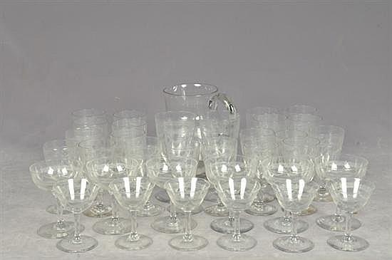 Lote de cristal y vidrio. Origen francés. Diseño a la aguja. Consta de: 12 vasos highball, 12 copas vino tinto, otros. Piezas: 54