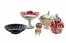 Lote de artículos decorativos. Origen francés, inglés y alemán. En porcelana. Consta de: dama, concha, silla, otros. Piezas: 5
