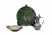Lote de artículos decorativos. Origen mexicano y peruano. Elaborados en metal plateado cobre esmaltado. Consta de: plato peruano con ap